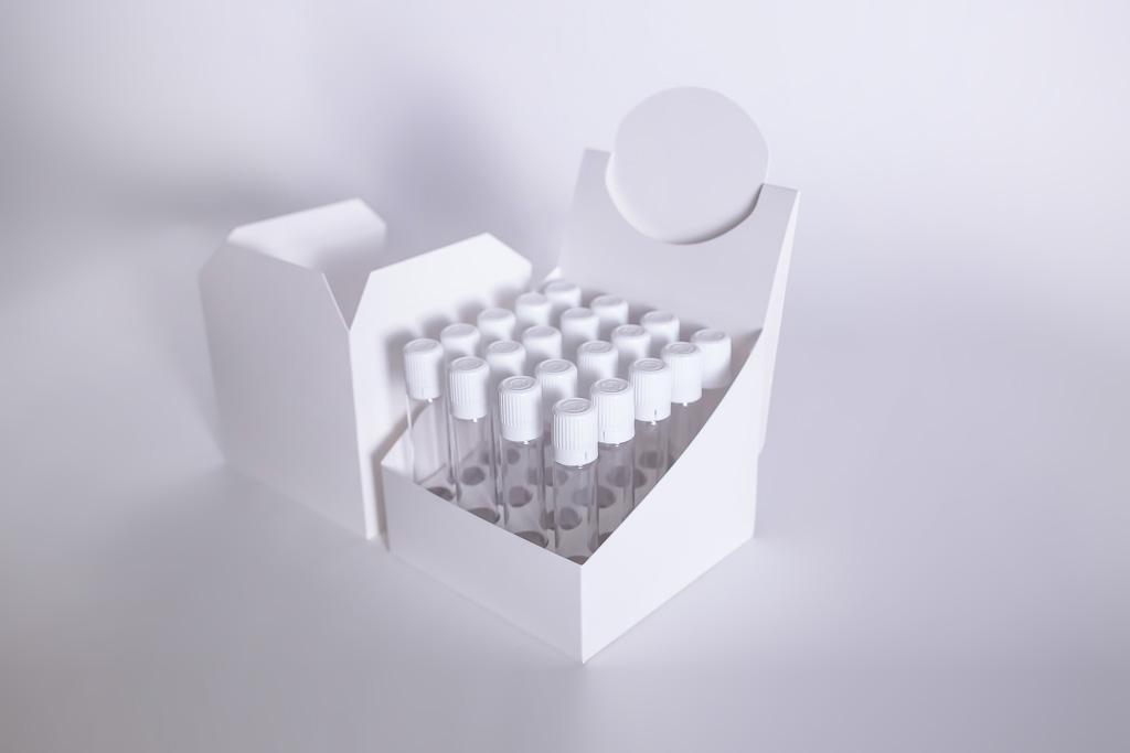 Display mit Ampullen in einer Halterung - Mugler Masterpack GmbH