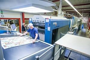Drucker kontrolliert Druckbogen - Mugler Masterpack GmbH