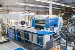 Mitarbeiter arbeiten an einer Druckmaschine - Mugler Masterpack GmbH
