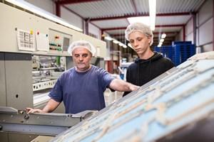 Mitarbeiter arbeiten an der Stanze - Mugler Masterpack GmbH