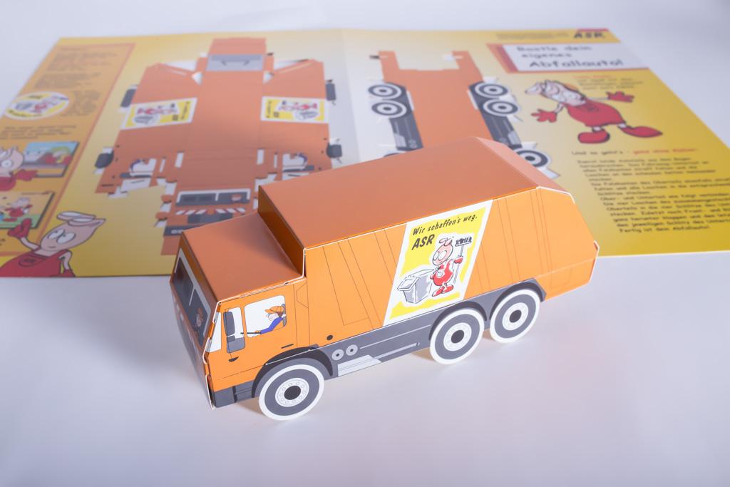 Ein Bastelbogen eines Müllautos mit heraustrennbaren Einzelteilen - Mugler Masterpack GmbH