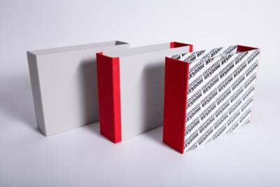 Eine Feinkartonage mit Bezügepapier - Mugler Masterpack GmbH