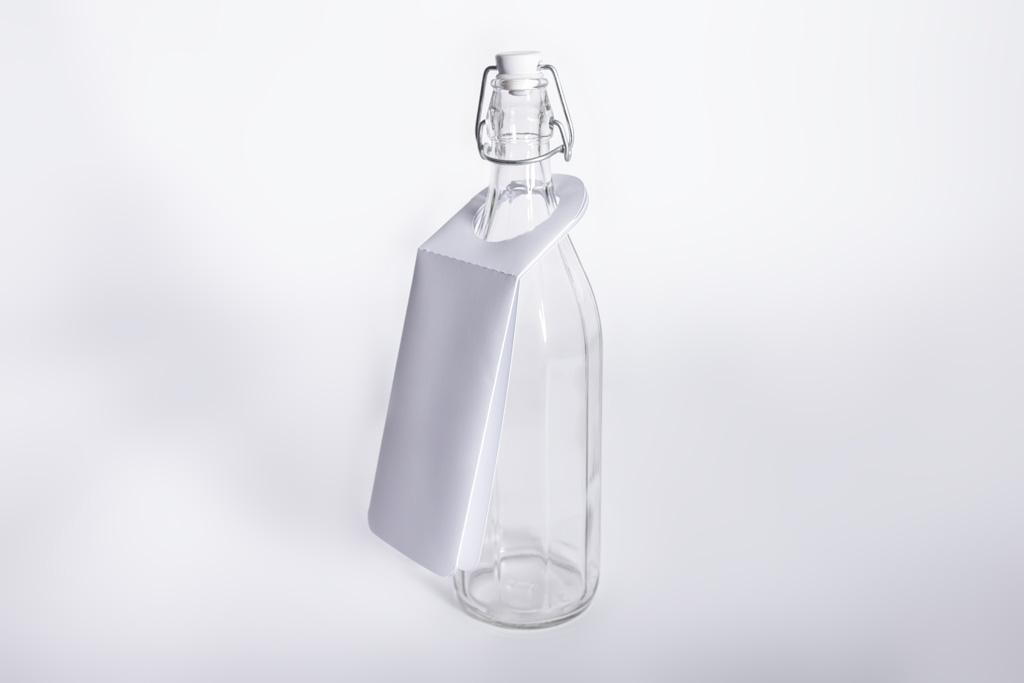Hängebooklet an einer Flasche - Mugler Masterpack GmbH