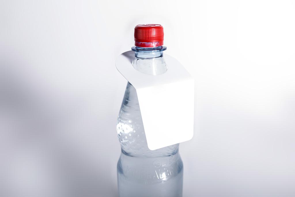 Hängeschild an einer Flasche - Mugler Masterpack GmbH