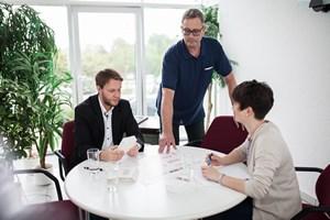 Mitarbeiter im Gespräch - Mugler Masterpack GmbH