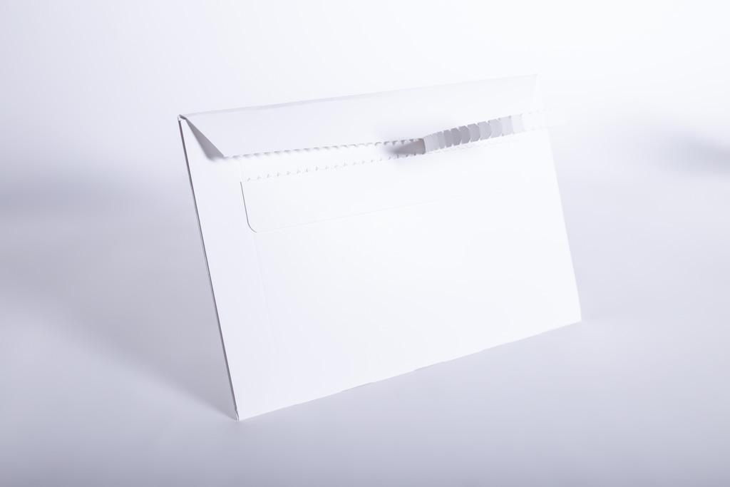 Eine Versandtasche mit Aufreißperforation.