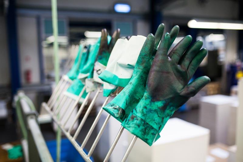 Handschuhe an der Druckmaschine - Mugler Masterpack GmbH